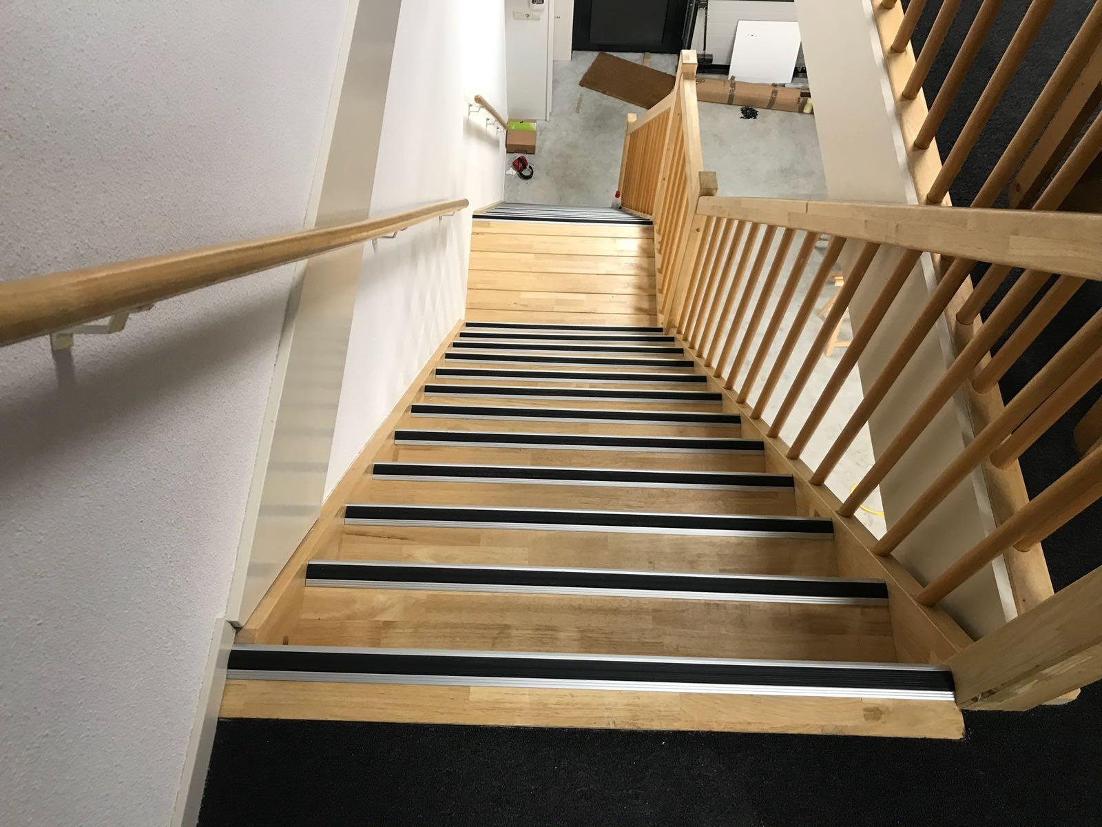 Aluminiowe profile przejściowe, narożniki, profile schodowe i profile krawędzi schodów z gumowymi listwami antypoślizgowymi